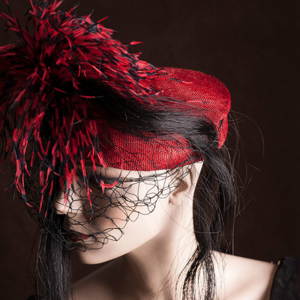 Red headpiece with feathers Agnes van Dijk fasionart, modekunst