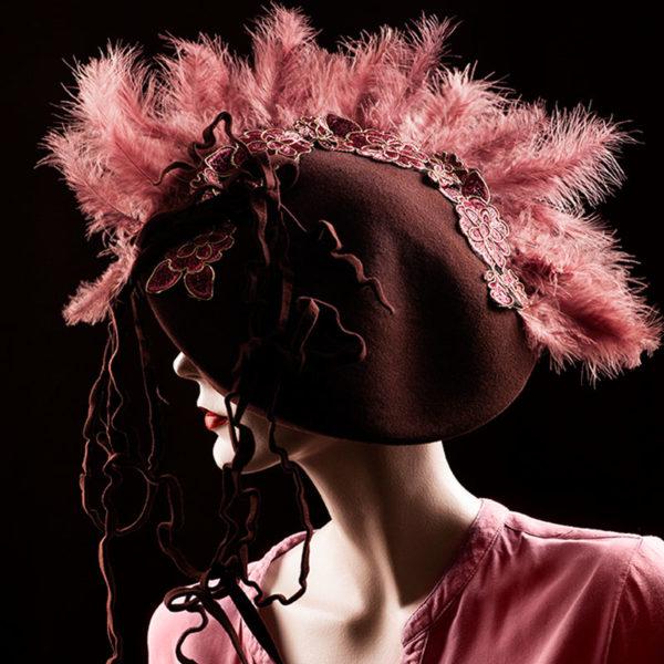Agnes van Dijk fasionart, modekunst, Hat, charleston pink feathers, Eindhoven the netherlands, nederland