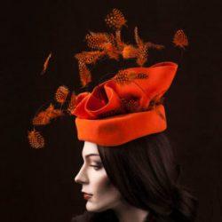 Headpeace Red Feather | Prijs op aanvraag | Agnes van Dijk modekunst, fashion art